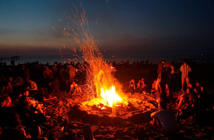 Traditionsfeuer: Am 1. Juli trifft sich in Bourgas an der Schwarzmeerküste die Jugend, um gemeinsam den Sonnenaufgang zu feiern - ein Relikt aus Hippie-Zeiten