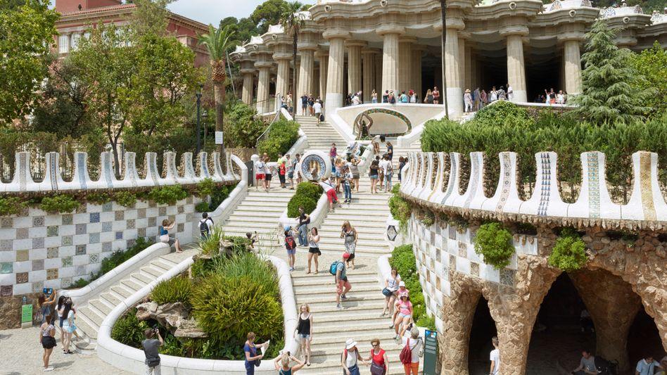 Hauptsache, Selfies: Der Hunger auf Urlaubsrummel an begehrten Plätzen wie Barcelona - hier aus Sicht der Fotokünstlers Simon Roberts - gibt der Reisebranche neuen Schub