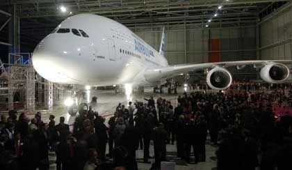 Chrysler, Nutzfahrzeuge und ein Flugzeug: Ausgerechnet der A 380 - hier bei der Präsentation in Toulouse - muss als Hoffnungsträger herhalten