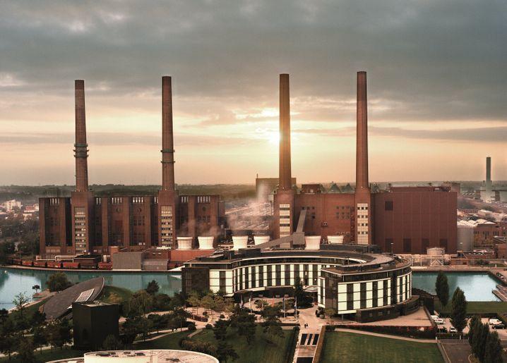 """Direkt am Hafenbecken des VW-Heizkraftwerks liegt das """"Ritz-Carlton Wolfsburg""""."""