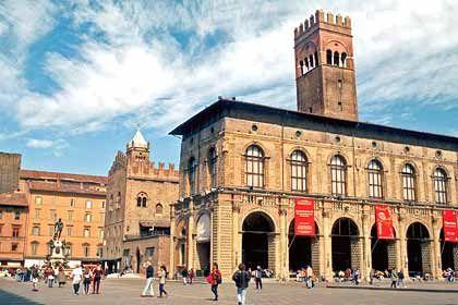 Der Mittelpunkt der Stadt: Einen Besuch der Piazza Maggiore mit ihren mittelalterlichen Bauten lässt in Bologna kaum ein Tourist aus.