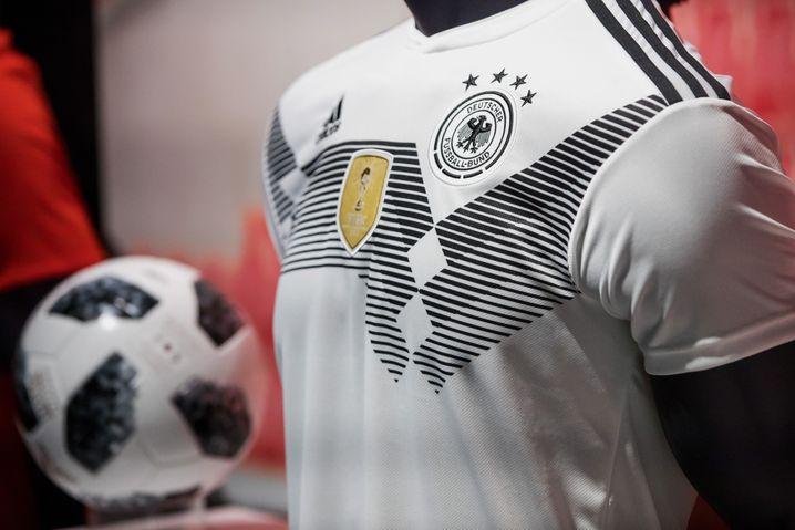 Adidas' Assets: Das DFB-Trikot und der WM-Ball Telstar 18