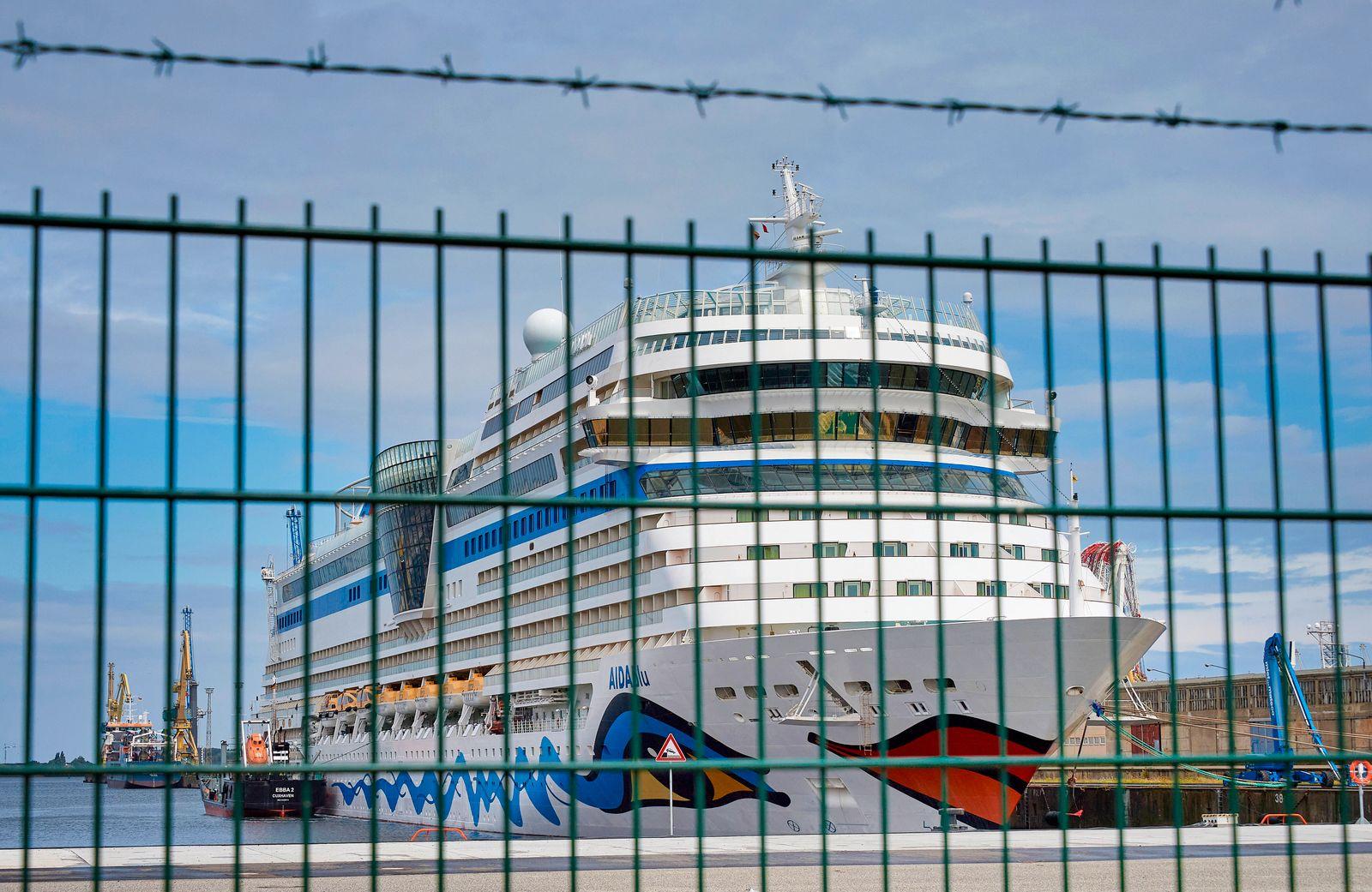 Rostock, Corona Ausbruch auf Aida Kreuzfahrtschiffen im Rostocker Überseehafen. *** Rostock, Corona eruption on Aida cr