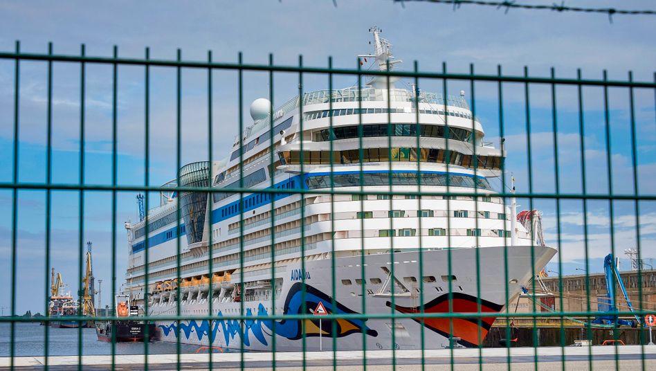 Kein Meer in Sicht: Aida-Schiff im Rostocker Hafen.
