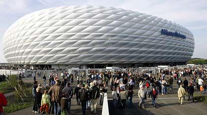 Esplanade, über die man zum Stadion gelangt: Darunter können 10.000 Autos parken