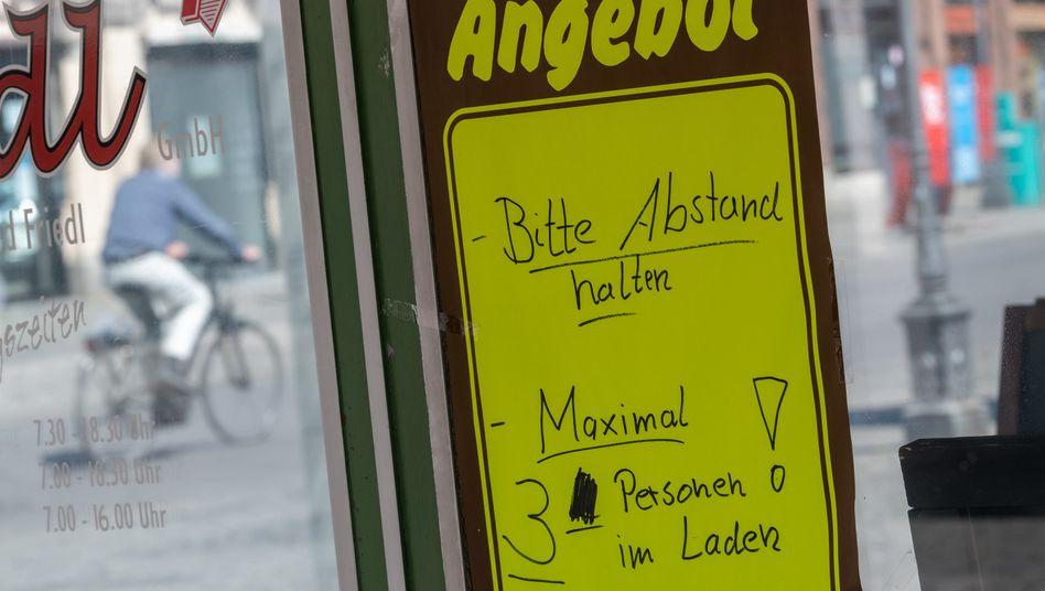 """Die Läden in Deutschland öffnen wieder, doch die Beschränkungen bleiben hoch. 30 Milliarden Euro Umsatz hat der Einzelhandel (ex Lebensmittel) im Shutdown verloren. Der ist nicht aufzuholen. Auch jetzt noch gehe täglich """"ein hoher dreistelliger Millionenbetrag"""" verloren. Angesichts der zumeist dünnen Kapitaldecke werden Zehntausende Einzelhändler die Krise wohl nicht überleben."""