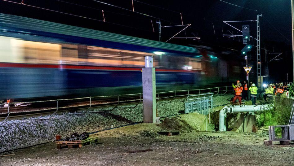 Zug passiert die Baustelle zwischen Rastatt und Baden-Baden