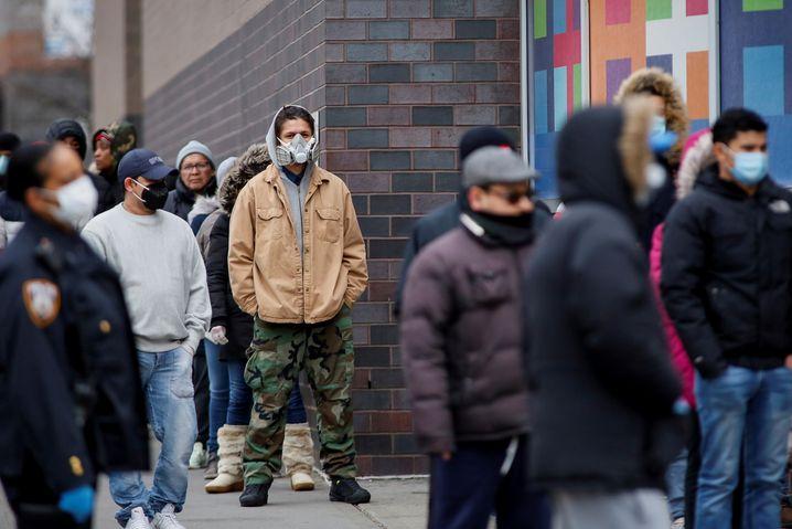 Warten vor dem Krankenhaus: Viele US-Amerikaner verfügen über keine Krankenversicherung - wegen der Corona-Krise steigt ihre Zahl weiter an.