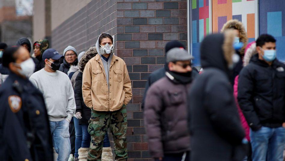 Die Schlangen der sich arbeitslos meldenden US-Bürger werden immer länger, und die Arbeitslosen versuchen sich so gut es geht vor einer Ansteckung durch das Coronavirus zu schützen.