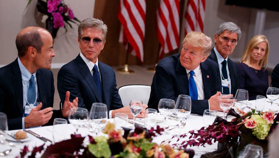 Flankiert von Dax-Chefs: US-Präsident Trump wird beim Dinner in Davos umrahmt von SAP-Chef Bill McDermott und Siemens-Chef Joe Kaeser. (links Anheuser-Busch Chef Carlos Brito, Heimatschutz-Ministerin Kirstjen Nielsen).