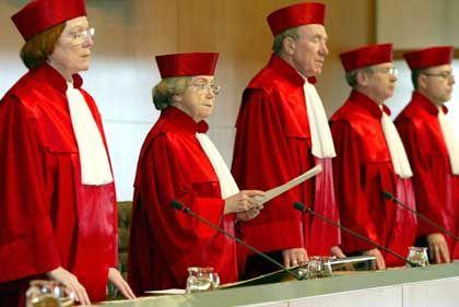 """""""Keine Doppelbesteuerung"""" forderten die Verfassungsrichter in ihrem Urteil zur Rentenbesteuerung am 6. März 2002"""