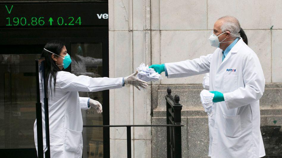 Mitarbeiter des Gesundheitswesens in New York: Die Corona-Infektionszahlen in den USA steigen wieder an.