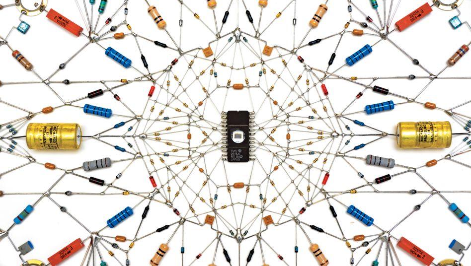 Leonardo Ulian lötet elektronische Komponen-ten in unterschiedlichen Formen und Farben zusammen und schafft so geometrische Formen, die an traditionelle spirituelle Mandalas erinnern.