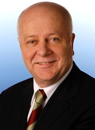 Der Autor: Eduard Stupening leitet als Senior Director den Consulting-Bereich bei Unternehmensberatung Meta Group, der sich schwerpunktmäßig an Anbieter von Produkten und Diensten im Informations-, Kommunikations und Telekommunikations-Umfeld richtet. Der diplomierte Volkswirt sammelte in den vergangenen 15 Jahren Erfahrungen in dem Bereich durch seine Tätigkeiten in leitenden Funktionen bei Unternehmen wie Gartner, Bestconsult, Infratest Industria und Roland Berger.