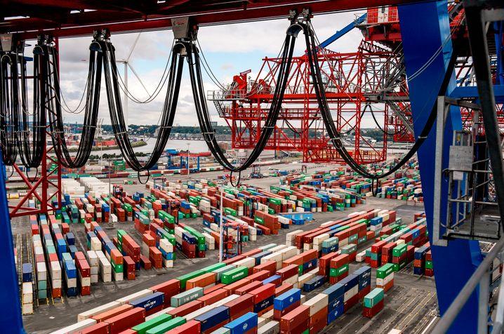 Containerterminal in Hamburg: Die Gefahr einer Rezession liegt laut Forschern derzeit bei 43 Prozent.