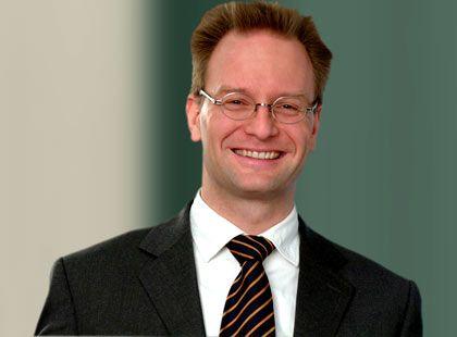 Olaf Gillert ist Rechtsanwalt und spezialisiert auf Markenmanagement. Seit 2002 arbeitet er als Partner im Düsseldorfer Büro der Wirtschaftskanzlei Taylor Wessing. Die Kanzlei hat keine der Parteien im Prozess vertreten, berät aber Google im Bereich Markenrecht.