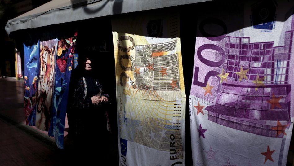 Kiosk in Athen: Als Handtücher gibt es den Euro noch - doch seine Zukunft als Zahlungsmittel ist in Griechenland ungewiss