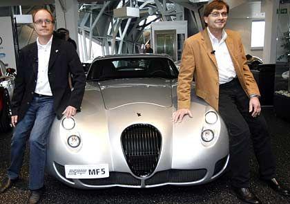 Wiesmänner mit Wiesmann: Friedhelm (l.) und Martin Wiesmann bei ihrem Showauftritt mit dem neuen Modell GT MF 5