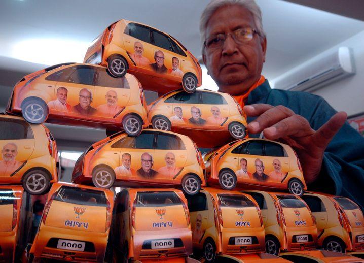 Wahlwerbung der Hindu-Nationalisten mit Tata-Nano-Stifthaltern und dem heutigen Premier Narendra Modi 2009