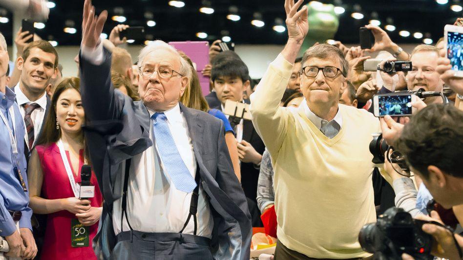 Sie spenden große Teile ihres Vermögens: Warren Buffett (l). Microsoft-Gründer Bill Gates