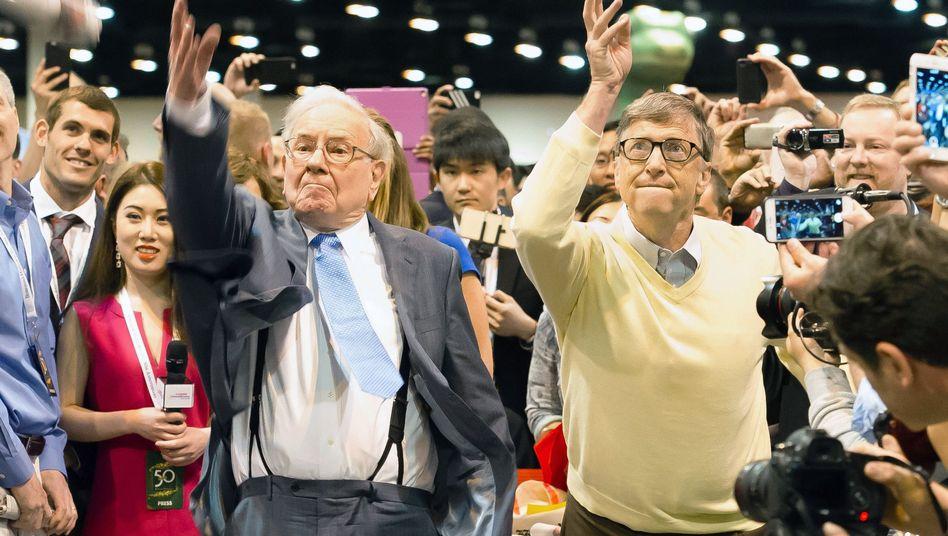 Gefährliche Nähe: Auf den jährlichen Treffen der Berkshire-Aktionäre ging Investmentikone Warren Buffett (hier mit Buddy Bill Gates beim traditionellen Zeitungsweitwurf) gerne mit seinen Fans auf Tuchfühlung - das geht in Zeiten von Corona nun nicht mehr