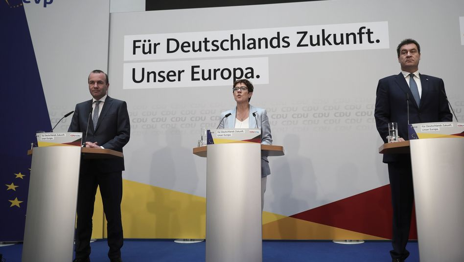 Drei, für die es in Ordnung war: Manfred Weber (CSU), Spitzenkandidat der Union, und die Parteivorsitzenden Annegret Kramp-Karrenbauer (CDU) und Markus Söder (CSU) (l-r).