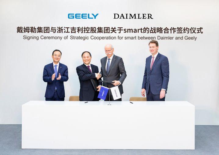 Bei Smart gehen sie jetzt gemeinsame Wege (v. links): An Conghui (Präsident Geely Holding), Li Shufu (CEO Geely) Daimler-CEO Dieter Zetsche und sein Nachfolger Ola Källenius