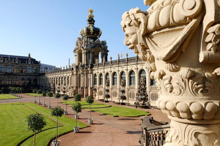 Das Kronentor ist ein beliebtes Fotomotiv im Dresdner Zwinger. Doch es lohnt sich auch, eine der zahlreichen, filigranen Fassadenverzierungen zu fotografieren.