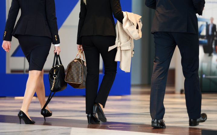 Banker auf dem Weg zur Hauptversammlung: Die Dame in der Mitte trägt Anzug, die Dame links Rock - beides passt
