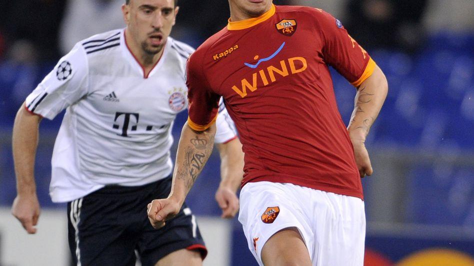 Objekt der Begierde: Am AS Rom sind gleich mehrere Käufer interessiert (im Bild: AS-Kicker Philippe Mexes, rechts, beim Championsleague-Spiel im November 2010 mit Bayern Münchens Franck Ribery)
