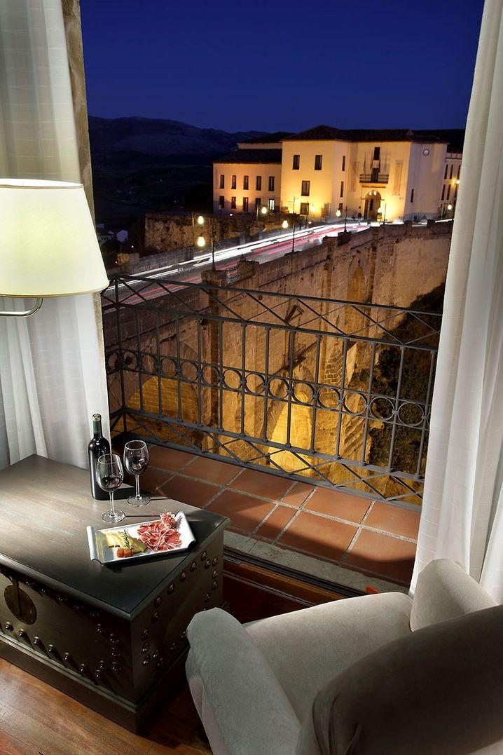 """Da geht es tief hinunter: Das """"Parador de Ronda"""" in Andalusien ist nur etwas für schwindelfreie Gäste"""