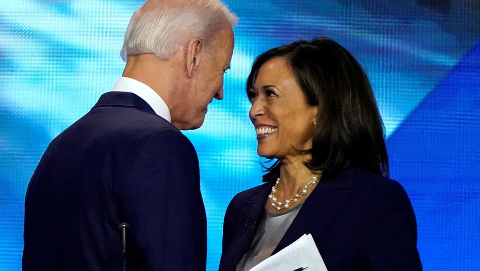 Kamala Harris (r.) mit Joe Biden am Ende des Parteitags der Demokratischen Partei in Houston.
