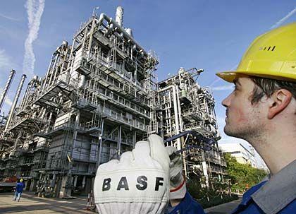 Blick voraus: Ein Werksmitarbeiter der BASF steht vor einem Steamcracker (Dampfspalter) in Ludwigshafen. Der weltgrößte Chemiekonzern hat seine Prognosen angehoben