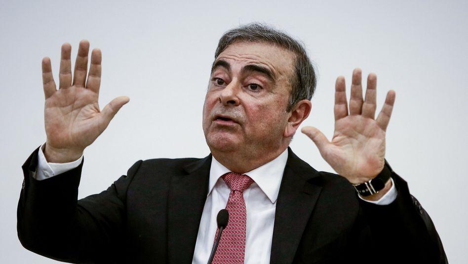 Carlos Ghosn: Der ehemalige Vorstandschef der französisch-japanischen Auto-Allianz Renault-Nissan-Mitsubishi spricht nach seiner Flucht in den Libanon zu Journalisten (Bild Archiv)