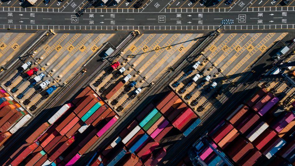 Globale Lieferketten: Die Überwachung von Geschäftspartnern muss vertraglich verankert werden, die bloße Weitergabe von Verhaltenskodizes reicht nicht