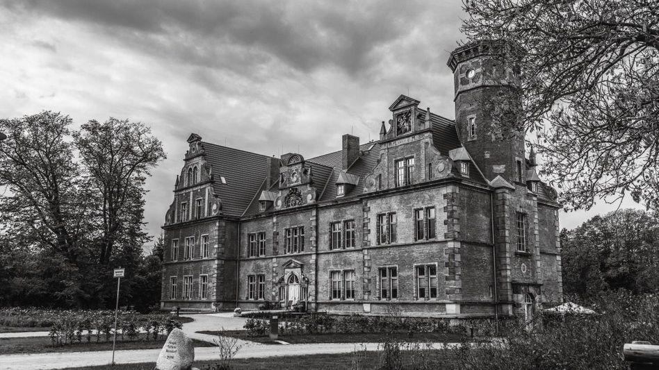 Hoch verschuldet:Der Betreiber des Hospizes Schloss Bernstorf in Mecklenburg nutzte die Corona-Pandemie zum Einwerben von Anlegergeld