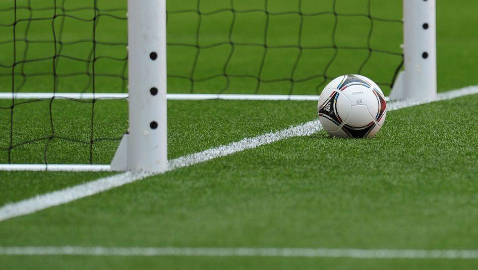 Ball vor der Torlinie: Anders als in England oder bei der Fußball-WM in Brasilien wird es in der Bundesliga auf absehbare Zeit keine technischen Hilfsmittel geben