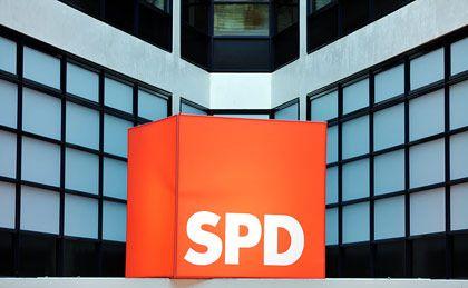 SPD-Flagge auf dem Willy-Brandt-Haus in Berlin: Den sozialen Aufstieg wieder zum Markenkern machen
