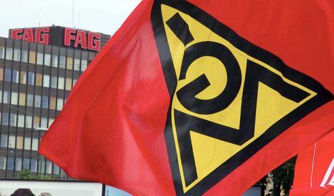 Gewerkschaften zeigen Flagge: Tatsache ist aber auch, dass die Zahl der Gewerkschaftsmitglieder rückläufig und ebenso die Zahl der in einem Tarifverbund organisierten Unternehmen