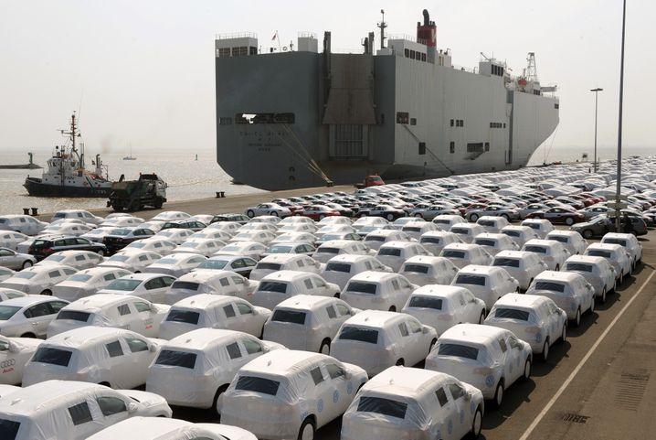 VW-Verschiffung in Emden: Pro verkauftem Fahrzeug erlöst VW weit weniger Gewinn als seine Konkurrenten