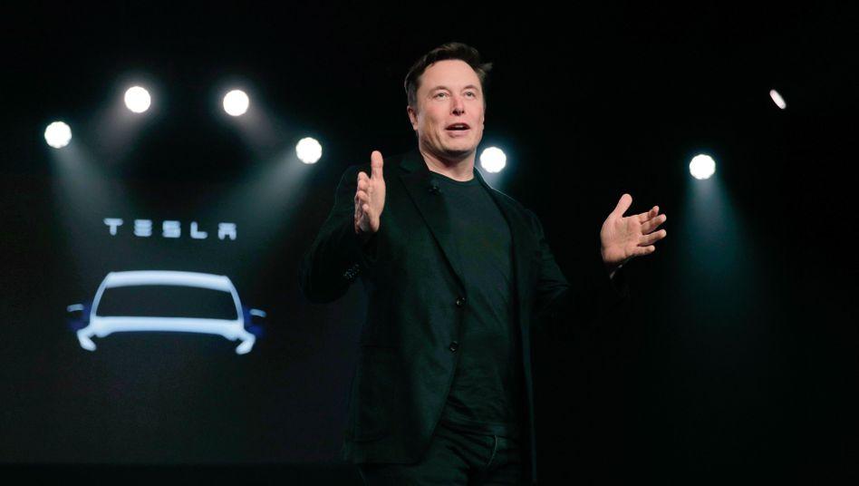Elon Musk kündigte im vergangenen Jahr die Pläne zum Bau einer E-Autofabrik in Brandenburg an. Jetzt hat Tesla offenbar deutsche Staatshilfe für die Batteriezellenforschung und -fertigung beantragt - wo und in welchem Rahmen ist unklar.