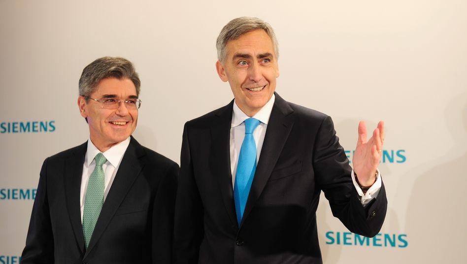 Wer gibt dieses Mal die Richtung vor: Joe Kaeser (links), damals noch Finanzvorstand, und Peter Löscher, zu derselben Zeit Siemens-Chef, vor der Hauptversammlung des Konzerns am 23. Januar 2013 in München. Wenige Monate später verlor Löscher seinen Job und Kaeser rückte an seine Stelle.