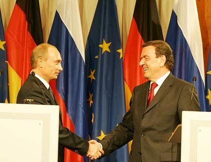 Gute Kontakte: Der russische Präsident Putin und Schröder bei der Vereinbarung zum Bau der Gaspipeline
