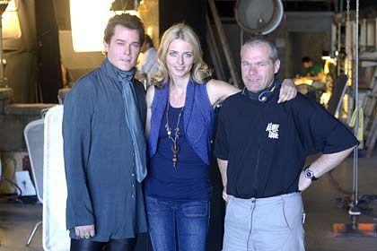 """Gastauftritt: Topmodel Eva Padberg (M.) stand in einer Szene des Boll-Films """"Dungeon Siege"""" vor der Kamera, Ray Liotta (l.) übernahm eine umfangreichere Rolle"""