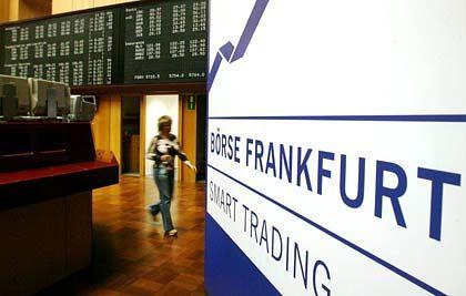 Blick auf das Parkett: An der Frankfurter Börse halten sich die Aktienindizes am Freitag im Plus