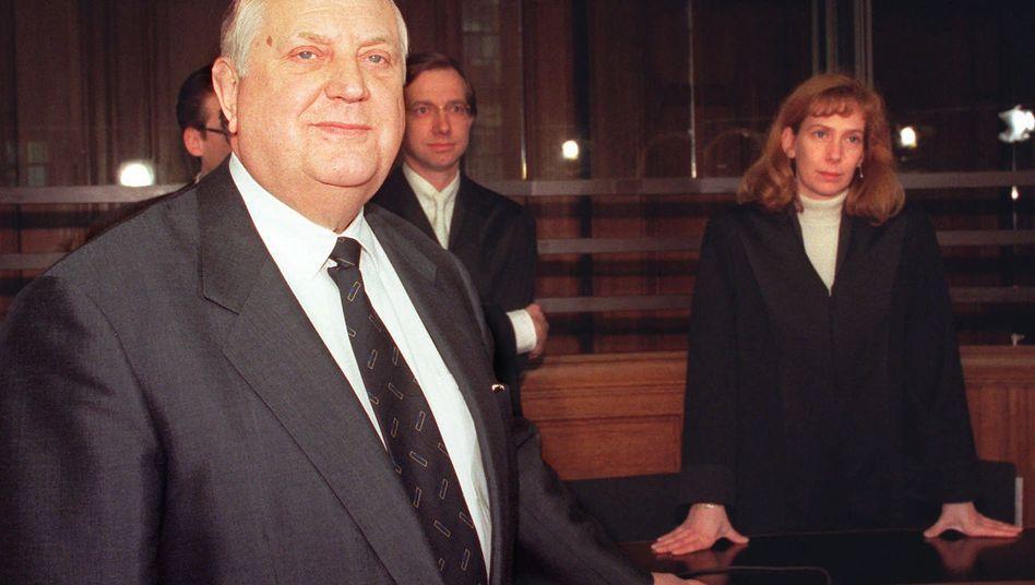 """""""Ick hab' für die DDR gekämpft, und wir haben am Ende verloren"""" - mehrfach wegen illegaler Geschäft in Haft. Der frühere DDR-Devisenhändler (hier eine Szene vor Gericht im Jahr 1996) ist tot"""
