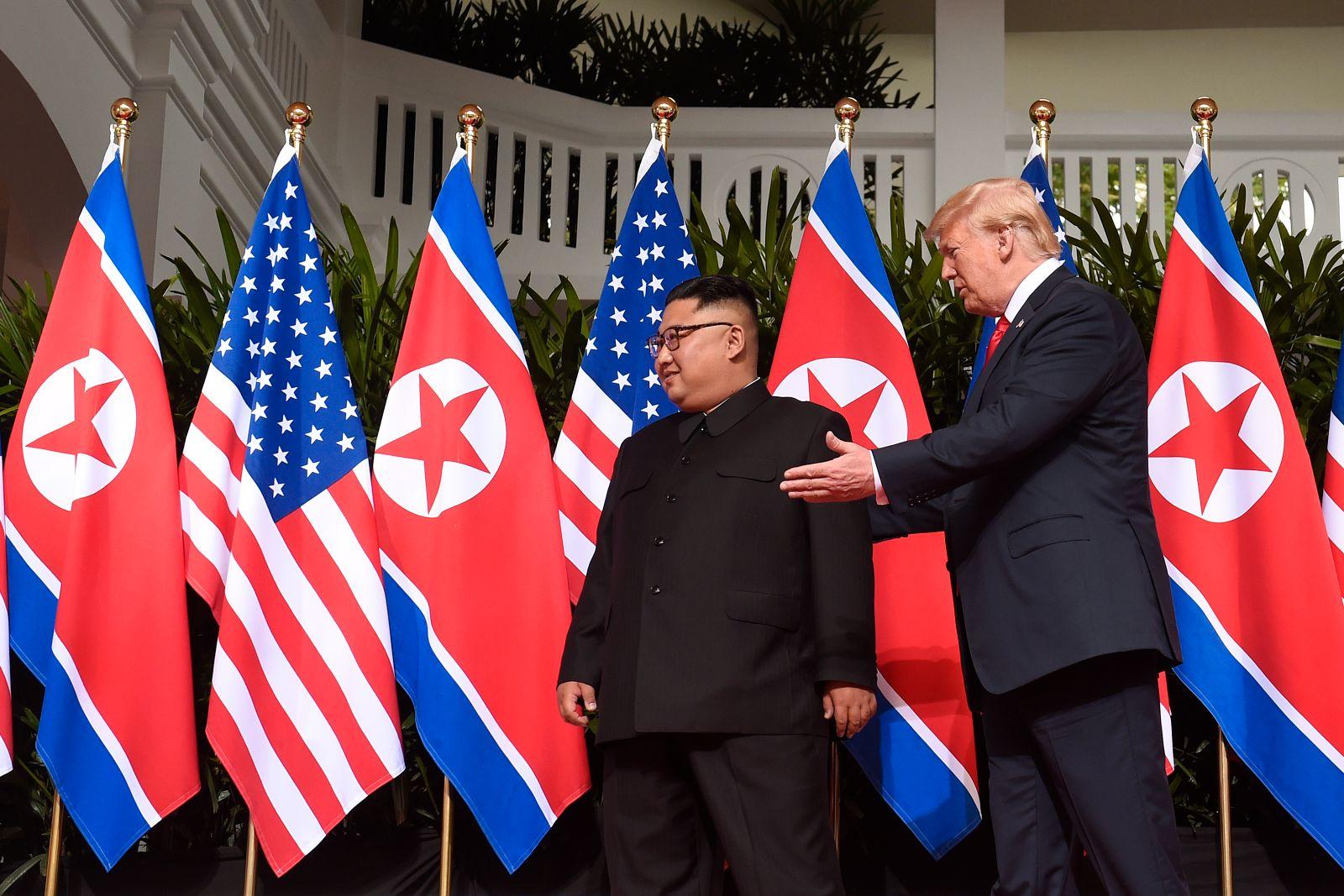 Kim Jong Un / Donald Trump / zeigt Weg