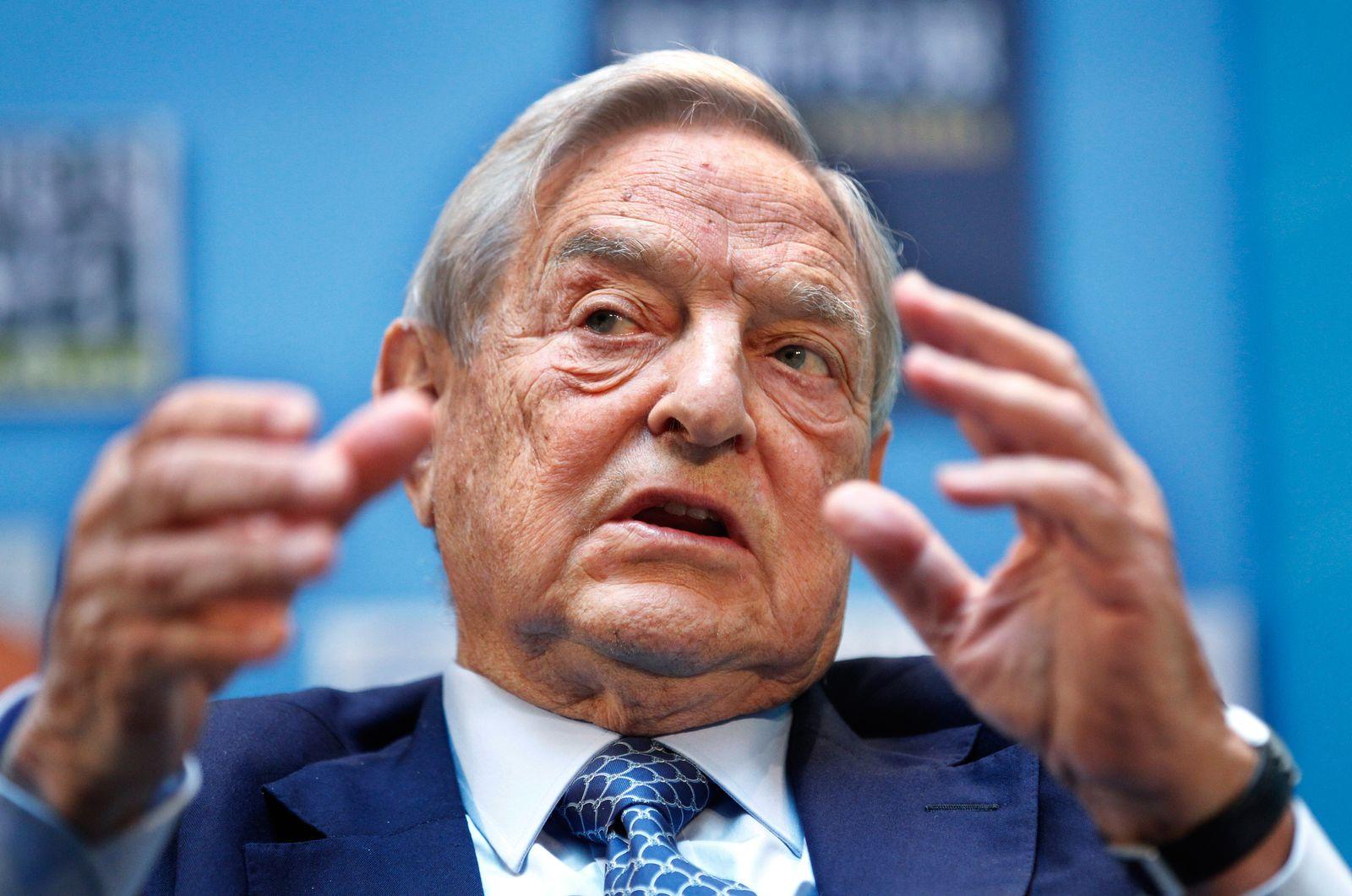 George Soros / gestikuliert