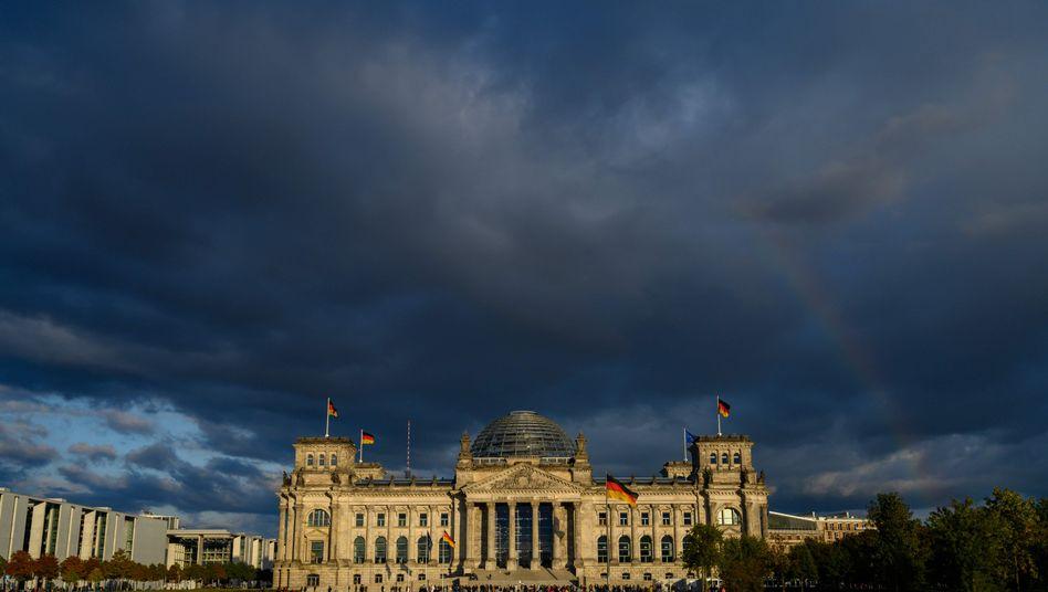 Berliner Reichstagsgebäude unter dunklen Wolken