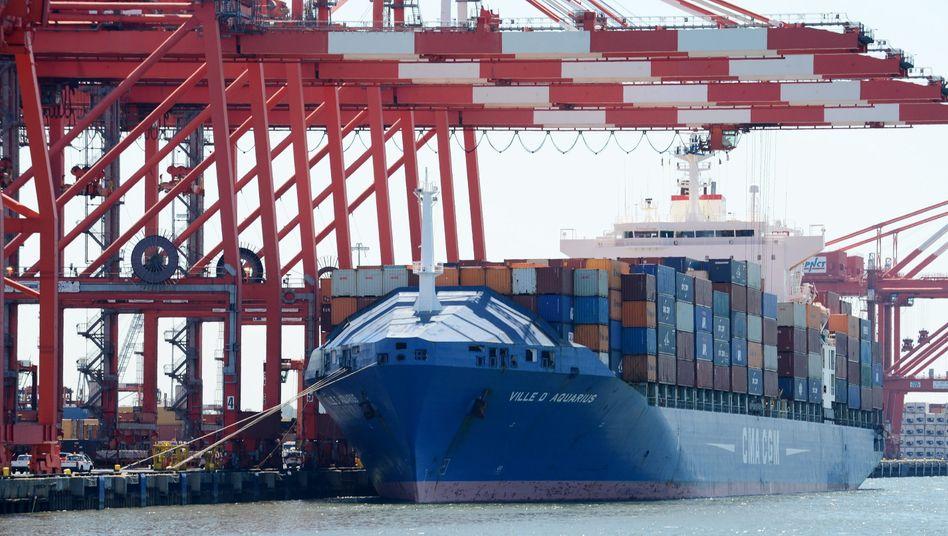 Containerschiff im Hafen von New Jersey